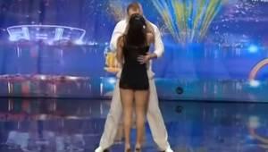 Para stoi spokojnie na scenie i patrzy na siebie spokojnie, ale chwilę później i