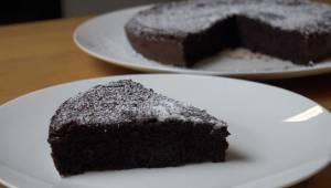 Pyszne czekoladowe ciasto bez mąki i masła - wystarczą dwa proste składniki, by