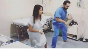 Gdy zbliża się poród, jego pacjentki wiedzą, że pora... zatańczyć razem z doktor