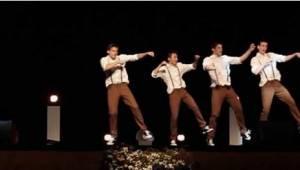 Chłopcy tańczą do piosenek z lat 60-tych. Zwróćcie uwagę  na ich stopy, gdy zmie