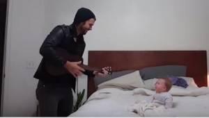 Zaczął śpiewać swojej 10-miesięcznej córeczce. Jej reakcja wyraźnie pokazuje, co