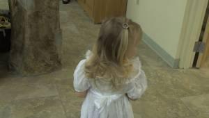 Stremowana dziewczynka bała się przejść przez kościół z kwiatami. Wtedy do akcji
