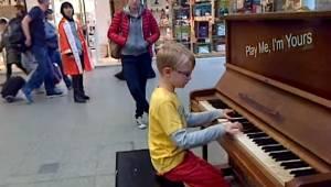 8-letni utalentowany chłopak zaskoczył przechodniów grając znany utwór Chopina