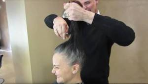 Już nie chciała farbować siwych włosów, więc fryzjer wpadł na genialny pomysł.