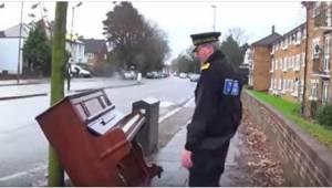 Na widok porzuconego na ulicy pianina policjant zbliżył się, by sprawdzić, czy d