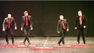 4 chłopaków zaczyna swój taniec irlandzki, ale dopiero, kiedy na scenie pojawi s