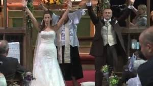Para młoda odwróciła się i podniosła ręce. Nikt nie spodziewał się co zaraz zoba