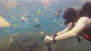 Nurek chciał pokazać, ile plastiku znajduje się w wodzie. To nagranie daje do my