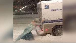 Elsa ratująca policyjną furgonetkę? Ten dowcipniś niechcący ubawił tysiące inter