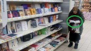 Staruszka od 15 lat przychodzi do tego samego sklepu, żeby poczytać. To, co zrob