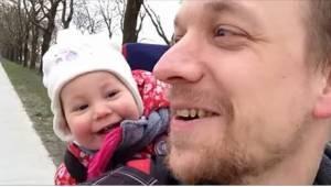 """Urocze wideo - uczy córeczkę, jak powiedzieć """"tata"""". Jej reakcja podbiła serca i"""