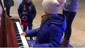 Podróżni byli zdziwieni, gdy do stojącego na dworcu pianina zbliżyła się 9-latka