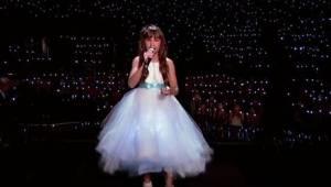 Dziewczynka z autyzmem wchodzi na scenę, a już po chwili tuż za nią dzieje się c