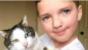 7-latek wstydził się swojego wyglądu. Wtedy dostał w prezencie wyjątkowego kota.