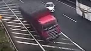 To co zrobił kierowca białego samochodu jest szczytem głupoty. Spowodował poważn