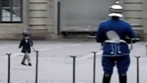 Chłopiec maszeruje naśladując strażników, ten filmik podbija cały Internet!