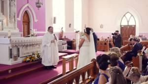 Ksiądz miał zaśpiewać na koniec ślubu, niespodziewanie z tyłu kościoła ktoś nagl