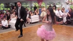 Ojciec i córka obejmują się przed tańcem, 2 minuty później zaskakują wszystkich