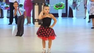 Dziewczynka zaczyna tańczyć podczas ślubu, ale spójrz tylko na chłopca który idz