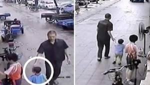 Chłopiec bawi się z braćmi przed sklepem gdy nagle podchodzi do niego mężczyzna