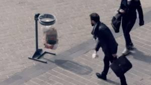 Mężczyzna podniósł pusty kubek z ziemi i wrzucił go do kosza, nie spodziewał się
