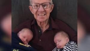 Opublikowała zdjęcie na którym jej dziadek pozuje z wnukami. Jeden szczegół przy