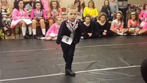 Chłopiec w pełnym skupieniu staje na środku sali, gdy zaczyna tańczyć zaskakuje