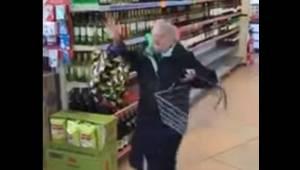 Starsza pani w supermarkecie słyszy piosenkę którą uwielbia i zaczyna tańczyć pr