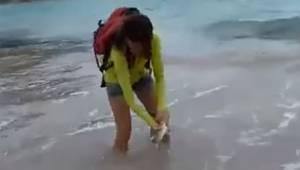 Kobieta wyciągnęła z oceanu małego rekina i chciała zrobić sobie z nim zdjęcie.