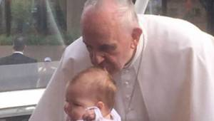 Papież Franciszek pocałował dziewczynkę w czoło, dwa miesiące później rezonans m