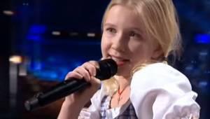 Blondynka pojawia się na scenie, ale to w jaki sposób śpiewa zaskoczyło wszystki