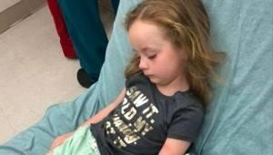 Mama zauważyła, że jej 5-letnia córeczka jest sparaliżowana i nie może mówić. Le