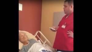 Opiekun wchodzi do pokoju umierającej kobiety w hospicjum. Bierze telefon komórk
