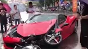 Kobieta traci kontrolę nad Ferrari, kilka minut po tym jak pierwszy raz wsiadła
