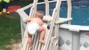 Dwulatek wspina do zamkniętego basenu. To nagranie przeraziło rodziców na całym