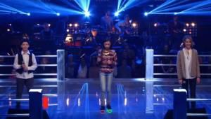 Troje zdenerwowanych dzieci pojawia się na scenie i wykonuje piosenkę Celine Dio