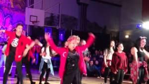 Uczniowie zaczynają tańczyć do piosenki Uptown Funk, jednak gwiazdą okazuje się