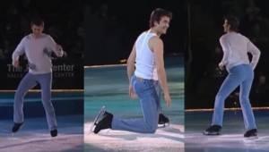 Przystojny łyżwiarz zaczyna tańczyć na lodzie do piosenki Footloose. Natychmiast