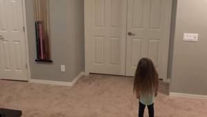 Dziewczynka chce sobie zatańczyć, lecz gdy jej bracia dołączają do niej ich ruch