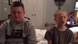 Rodzeństwo wykonuje wzruszający duet, jednak nie wiedzą, że za ich plecami czai