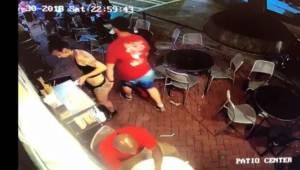 Kelnerka powaliła zboczeńca, który złapał ją za tyłek. A wszystko nagrała kamera