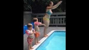 Bardzo zabawne nagranie: mama pokazuje swoim synom jak nurkować.