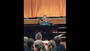 Czwartoklasista wykonuje piosenkę Imagine, a na sali nie ma osoby, która by nie