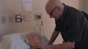 Wzruszający moment, gdy 92-letni mężczyzna śpiewa swojej umierającej żonie.