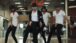 Czterech tancerzy tańczy do największych hitów Michaela Jacksona w niezwykłym na