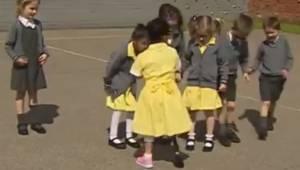 Dziewczynka z protezą nogi wraca do szkoły, a jej przyjaciele są bardzo podekscy