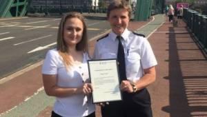 Nastolatka umieściła zapisane kartki na moście, teraz policja dała jej dyplom, ż