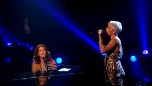 Sarah McLachlan i Pink wykonują wspólnie utwór Angel a publiczność błaga o więce
