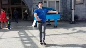 Chłopak z zespołem Downa wspaniale zatańczył i zaskoczył pasażerów na stacji kol