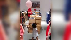 Rodzice przywiązali balonik swojej córce. Oryginalny sposób by dziecko nie zgubi